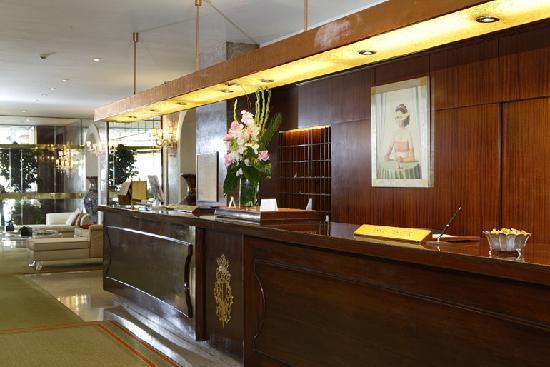 Hotel de La Ville: Front Desk