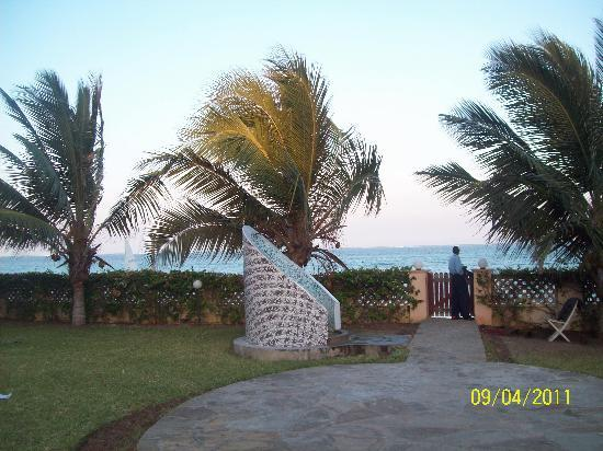 Pa Pweza Adamsville Beach Suites: The walk to the beach