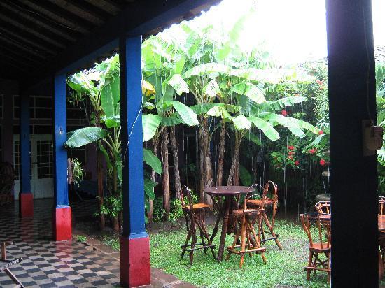 Hospedaje La Libertad: Front courtyard