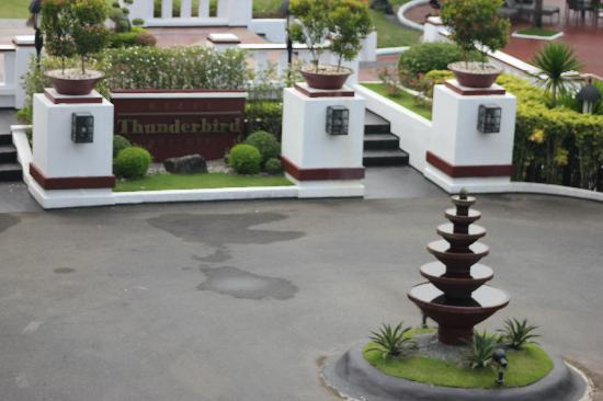 Thunderbird Resorts - Rizal: fountain by the entrance