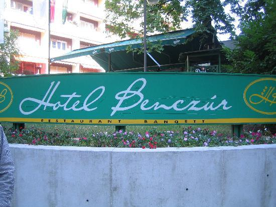 Benczur Hotel: The front entrance