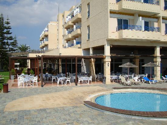 Faros Hotel: The outdoor eating area and the kids pool