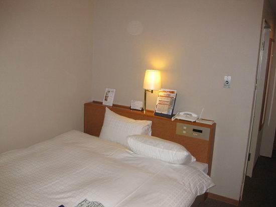 Hotel Royal Hill Fukuchiyama and spa: 窓側から見たベッド