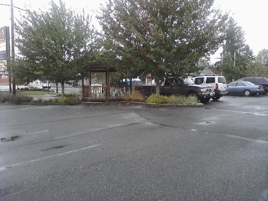 Snohomish Inn: the gazeebo in front of hotel for smoking or just to visit w other guests