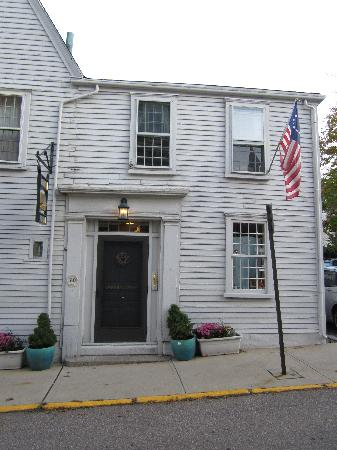 Borden House Newport: Your room, 2nd flr, above yr entrance