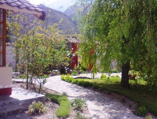 Hostal El Maizal: Jardin y recepcion