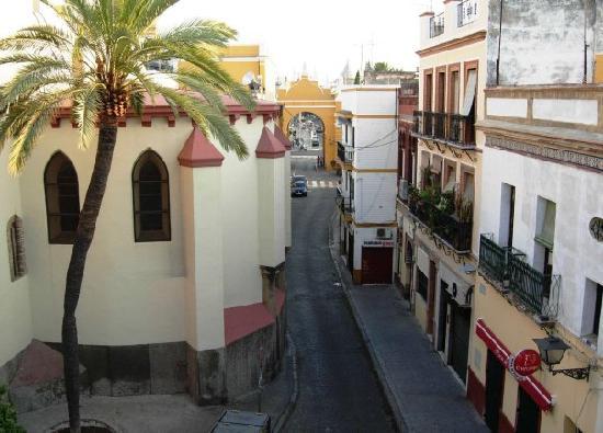 Apartamentos Rey de Sevilla: Macarena Arch from terrace
