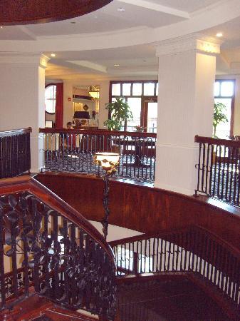 فرينش كوارتر إن: Circular stairwell in the lobby.