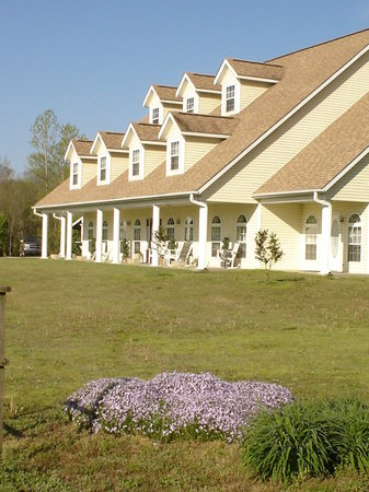Heber Springs, AR: Front of the Inn during Spring