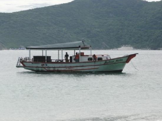 Prainhas do Pontal do Atalaia: barco que alquilamos