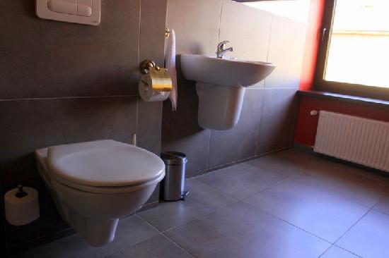 Hotel Fado: Restroom