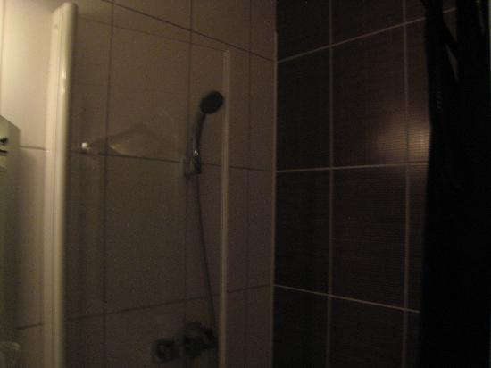 Hotel de Reims: real doors on the shower are a plus