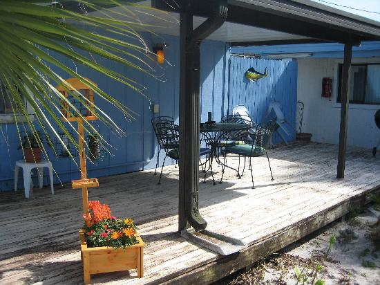 Dixie Belle Motel: Use the grill & relax on the deck