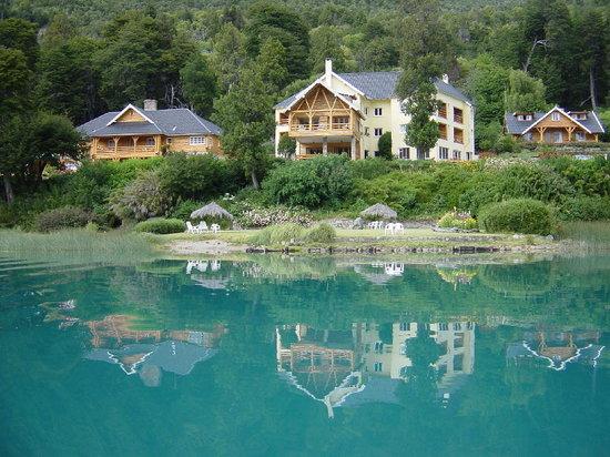 Hotel Tronador: Vista del Hotel desde la orilla opuesta del lago
