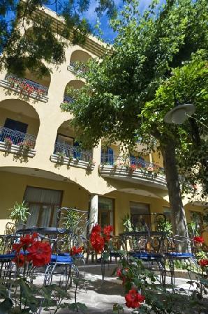 Hotel Vanni: un girdino pieno di fiori