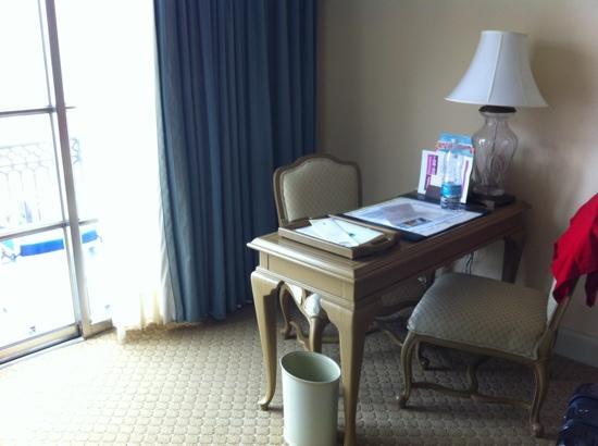 The Ritz-Carlton, Cancun: escrivaninha no quarto