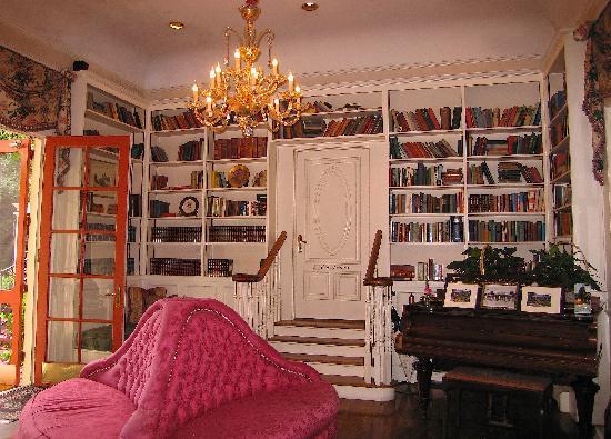 إن آت ديبوت هيل: Inn's Common Area and Library