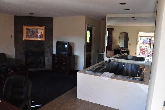 Crossroads Inn and Suites : The hot tub was great!