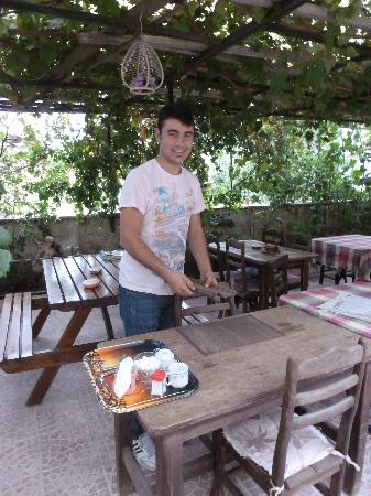 Urgup Inn Cave Hotel: Duran serving breakfast in the courtyard