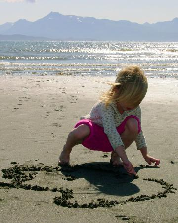 Homer Inn & Spa: Tara writing in sand