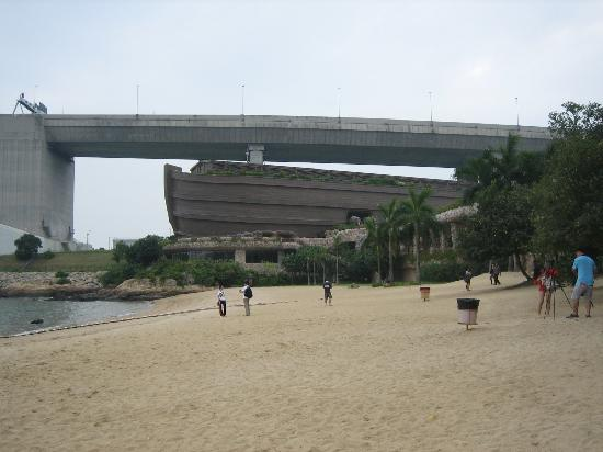 Am Ma Wan Beach, im Hintergrund das Noah's Ark Resort
