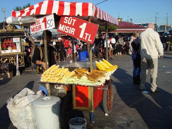 BEST WESTERN Empire Palace: Vendedor de mazorcas  de maiz en Eminou