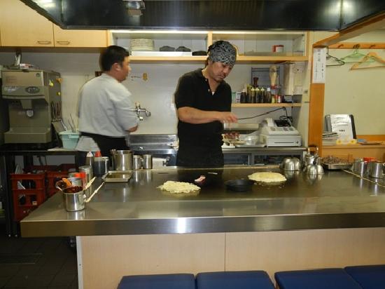 Hirochan : ネタを引き、キャベツの千切りを載せて具を載せる。うす焼きの様な作り方。