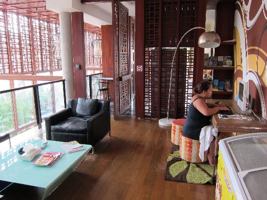Ibed Chic & Stylish Backpacker Hostel: Sitting area and free internet