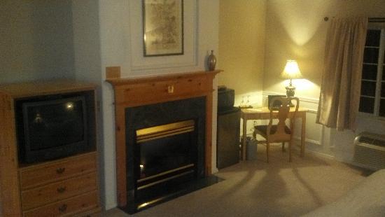 Leavenworth Village Inn: TV Fireplace and desk