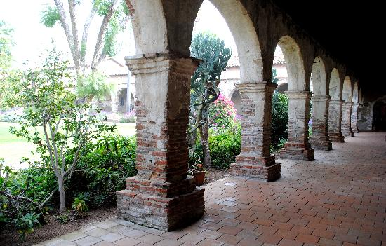 Mission San Juan Capistrano: One of the hallways lining the courtyard