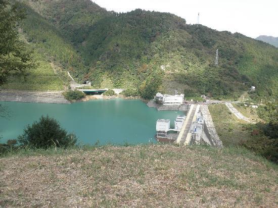 Lake Miyagase: 高取山への登山道から
