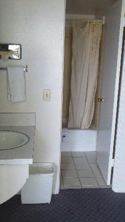 Thunderbird Motel: Bathroom
