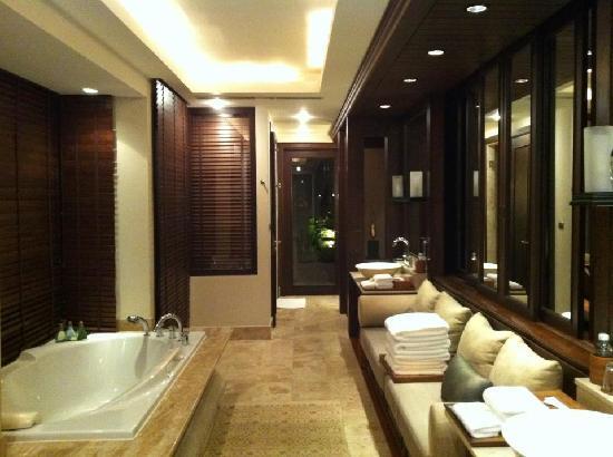 Trisara Phuket: bathroom area
