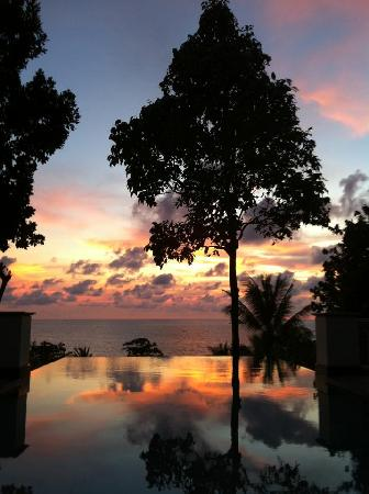 Trisara Phuket: sunset by our pool 1