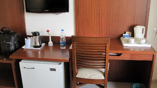 Shivalik View : Newly renovated 5th floor room - Work area and the mini bar (softdrinks but no alcohol)