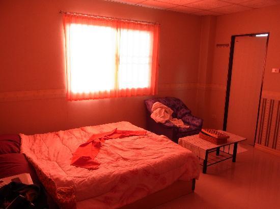 ST Apartment: 朝の部屋 カーテンがピンクなので部屋がピンクになる