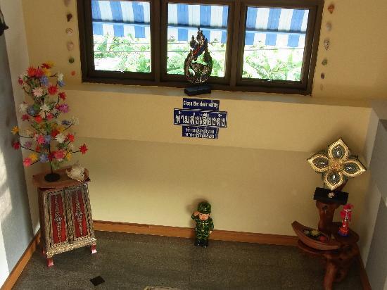 ST Apartment: 階段の踊り場 兵隊の人形が敬礼