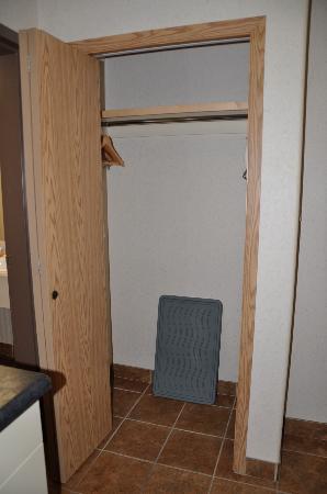 Pomeroy Inn & Suites Fort St. John : Nice size closet!