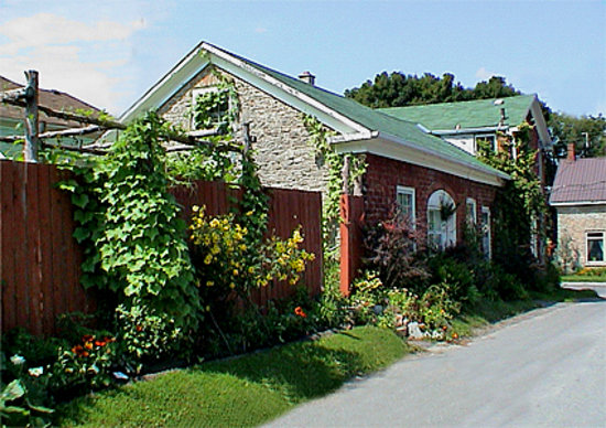 Bee & Bee ~ Bed and Breakfast: Located in the historic Welsh Hodgson House ~