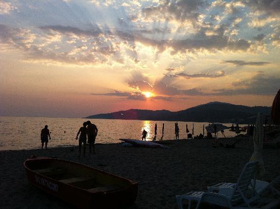 Hotel Leucosya: sunset on the beach