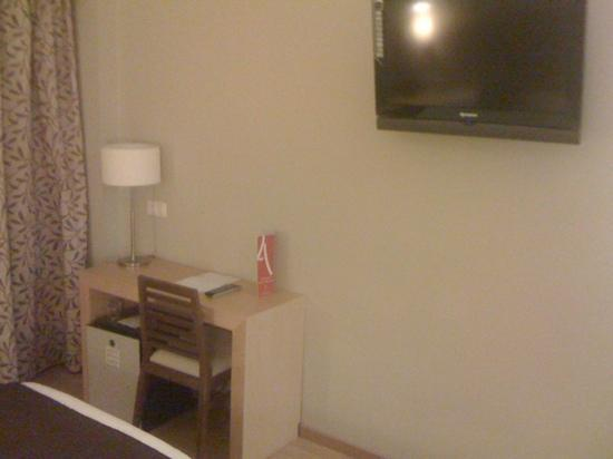 Hotel Elegance Getafe: Small working desk