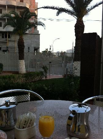 فندق هوتيل سويت: draussen für raucher :-)