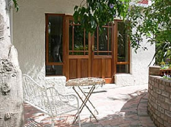 Oak Tree Cottage Guest House: Relax in the garden