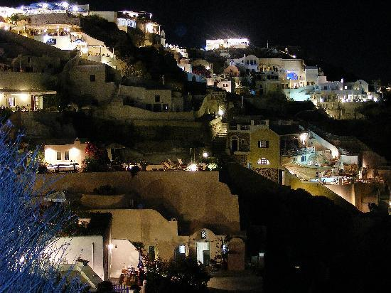 Chelidonia Villas: The Oia cliffs from Chelidonia at night.