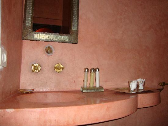 Riad Arocha: Baño de Rose des Sables