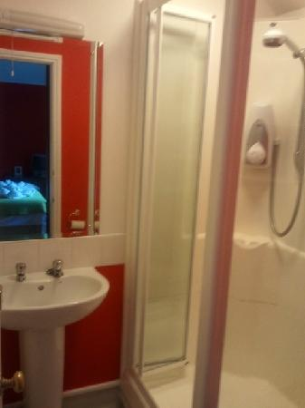 Rosemead Guest House: bathroom in the double en-suite room (room 2)