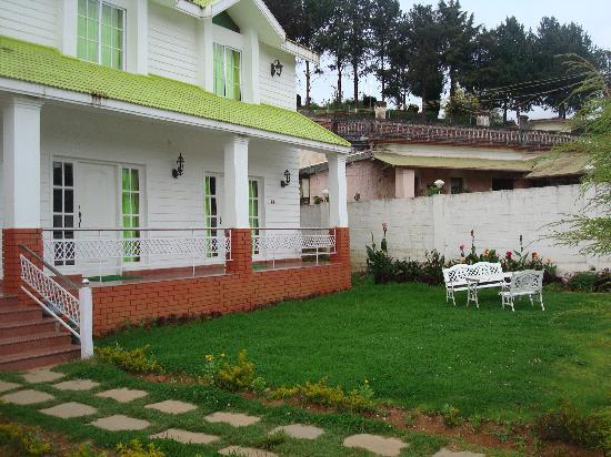 Hotel Sunpark Ooty: lawn in front of rooms