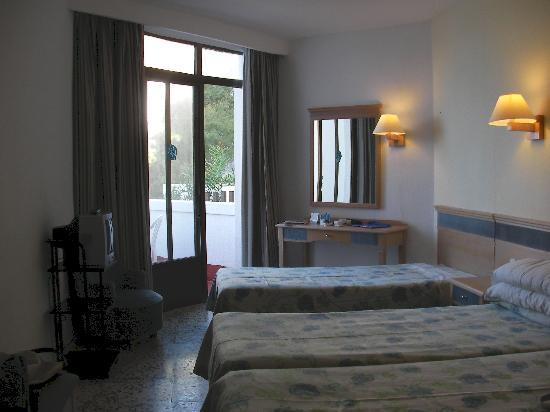 Don Pedro: View of bedroom room 228 3 single beds
