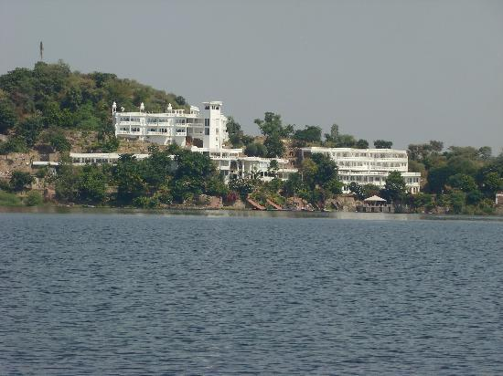 Jaisamand Island Resort: View of the hotel from the ferry