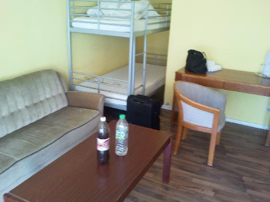 Alecsa Hotel Am Olympiastadion: Sofa Und Weiteres Etagenbett